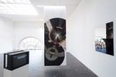 Installation: (Spiegel, Monitor, Banner, Licht), Johannes Raimann © 2019